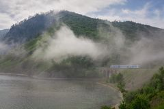 Dimma på den Baikal järnvägen Royaltyfria Foton