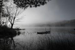 Dimma på sjön i svartvitt royaltyfri bild