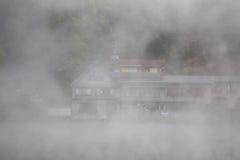 Dimma på sjön på Yufuin Arkivfoto