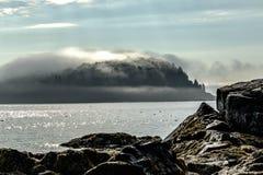 Dimma som rullar över ett piggsvinön i stånghamnen Maine Royaltyfri Bild