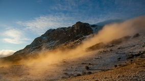 Dimma som stiger ned berglutningen stock video