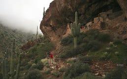 Dimma stiger ned på den lägre Cliff Dwelling på den Tonto medborgaren Monum arkivfoton