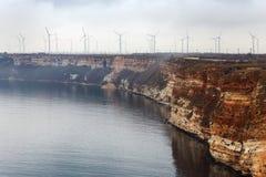 Dimma. Väderkvarnar på Blacket Sea i Bulgarien med effekten av f Royaltyfria Bilder