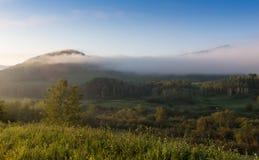 Dimmamoment mellan berget Arkivfoton