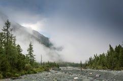 Dimmamoment mellan berget Arkivbilder