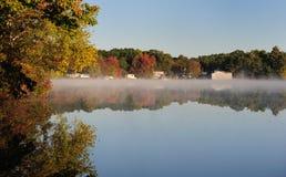 dimmamorgon över damm Arkivbilder