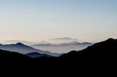 Dimman bland berget Royaltyfri Fotografi