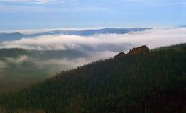 Dimman i berg 4 arkivbilder