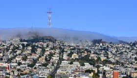 Dimman rullar in över västra San Francisco Royaltyfri Foto