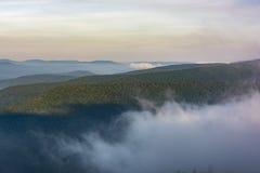 Dimmarullning till och med de Catskill bergen på gryning arkivbilder
