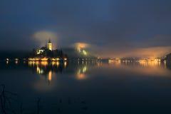 Dimmig afton på Bled sjön Royaltyfri Fotografi