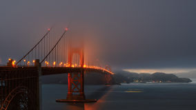 Dimmig afton på Golden gate bridge Royaltyfria Bilder
