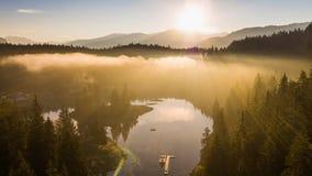 Dimmig berg för soluppgång sjö Caumasee Switzeland flyg- 4k arkivfilmer