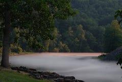 Dimmig bergflod Arkivfoton
