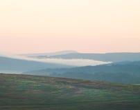 Dimmig bergliggande Arkivfoto