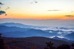 Dimmig bergmorgon i den blåa Ridgen arkivbild