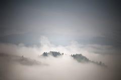 Dimmig bergplats för höst Nedgångregn och mist Arkivbild