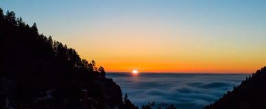 dimmig bergsoluppgång arkivbilder