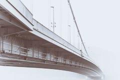 Dimmig bro i Ungern med den ensamma personen Arkivbild