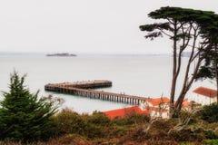 Dimmig dag i San Francisco, sikt av den Alcatraz ön från stranden royaltyfria foton