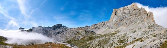 Dimmig dag på den Picos de Europs nationalparken på Fuente De arkivbilder