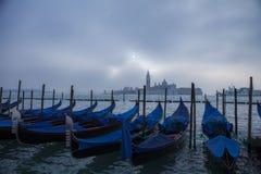 Dimmig dag Venedig Italien för gondolsoluppgång Fotografering för Bildbyråer