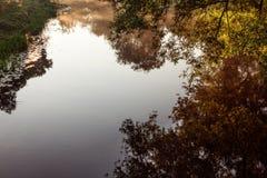 Dimmig flod för morgon med apelsin- och blåtttoner royaltyfri fotografi