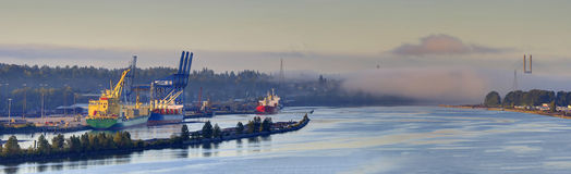 Dimmig flod och hamn på soluppgång Royaltyfri Foto
