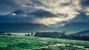 Dimmig gryning över bergen av Glencoe, Skottland royaltyfria foton