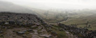Dimmig höstlig sikt för panoramalandskap över kalkstenbrant klippa till va Arkivfoton