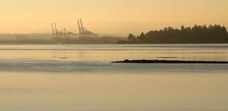 Dimmig havsikt för morgon med behållareterminalen i backgrouen Royaltyfria Bilder