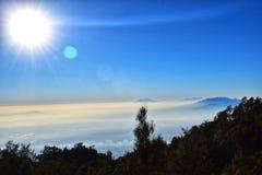 Dimmig himmel i morgonen med solskenen, sikt från överkant av monteringen Lawu, centrala Java, Indonesien, arkivbilder