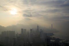 Dimmig landskapsikt med crepuscular strålar av Hong Kong på Sirs Cecils ritt, Braemar kulle, Hong Kong Arkivfoton