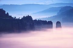 Dimmig melankolisk gryning i den härliga felika dalen Maxima av vaggar välskötta krämiga dimmiga moln Royaltyfria Foton