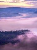 Dimmig melankolisk gryning i den härliga felika dalen Maxima av vaggar välskötta krämiga dimmiga moln Royaltyfri Fotografi