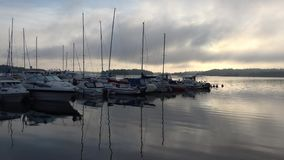 Dimmig molnig morgon i hamnen av Lappeenranta finland lager videofilmer