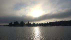 Dimmig molnig sommargryning på sjön Saimaa Omgivning av Lappeenranta, Finland lager videofilmer