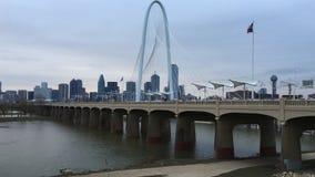 dimmig morgon för 4K UltraHD på Margaret Hunt Bridge i Dallas arkivfilmer