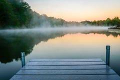 dimmig morgon för lake Fotografering för Bildbyråer