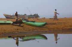 Dimmig morgon i fiskeläget royaltyfria foton