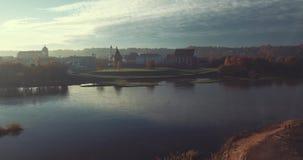 Dimmig morgon i Kaunas den gamla staden, Litauen arkivfilmer