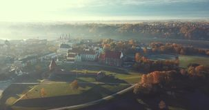 Dimmig morgon i Kaunas den gamla staden, Litauen stock video