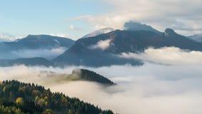 Dimmig morgon med vågen av moln i schackningsperiod för tid för bergdallandskap arkivfilmer