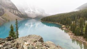 Dimmig morgon på morän sjön royaltyfri bild