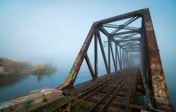 Dimmig morgonjärnvägsbro royaltyfria foton