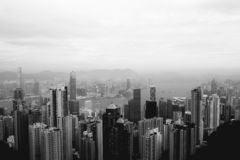 Dimmig morgonsikt på den Hong Kong horisonten royaltyfria bilder