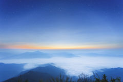 dimmig morgonsoluppgång i berg på norr Thailand Arkivfoton