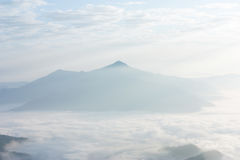 dimmig morgonsoluppgång i berg på norr Thailand Arkivfoto