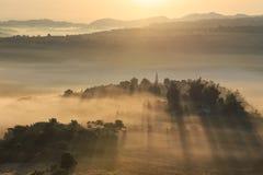 Dimmig panorama för landskap Fantastisk drömlik soluppgång på mountaen Royaltyfria Foton