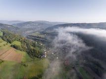 Dimmig panorama för landskap Fantastisk drömlik soluppgång på stenig moun Arkivfoto